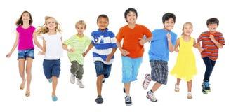 Дети бегущ и играющ совместно стоковая фотография rf