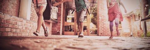 Дети бежать в коридоре школы стоковая фотография rf