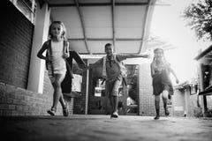 Дети бежать в коридоре школы стоковое фото