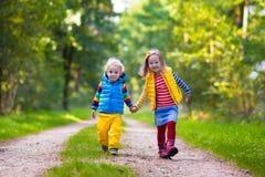 Дети бежать в парке осени Стоковое Изображение