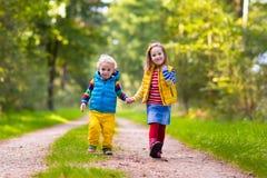Дети бежать в парке осени Стоковое Фото