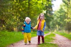 Дети бежать в парке осени Стоковые Изображения