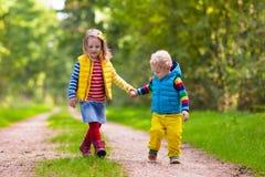 Дети бежать в парке осени Стоковые Изображения RF