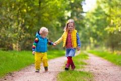 Дети бежать в парке осени Стоковая Фотография