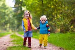Дети бежать в парке осени Стоковая Фотография RF