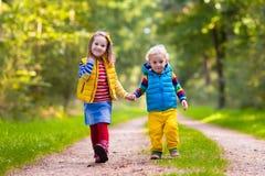 Дети бежать в парке осени Стоковые Фото