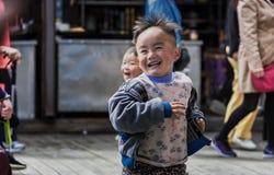 Дети бежать и смеясь над на улице Стоковые Фотографии RF