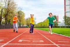 Дети бежать марафон на финишной черте стоковые изображения rf
