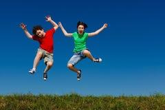 Дети бежать, скакать внешний Стоковые Изображения