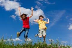 Дети бежать, скакать внешний Стоковая Фотография RF