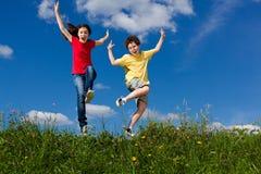 Дети бежать, скакать внешний Стоковые Изображения RF