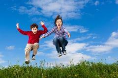 Дети бежать, скакать внешний Стоковые Фото