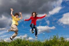 Дети бежать, скакать внешний Стоковое Фото