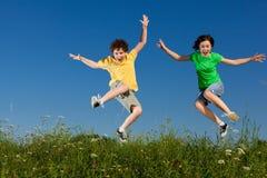 Дети бежать, скакать напольный Стоковая Фотография