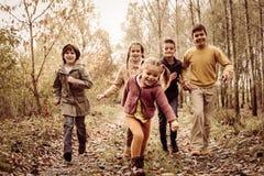 Дети бежать совместно в парке Стоковые Фотографии RF