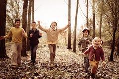 Дети бежать совместно в парке Стоковое Изображение