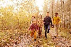 Дети бежать совместно в парке Стоковое Изображение RF