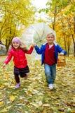 Дети бежать с зонтиком в парке осени Стоковое Фото
