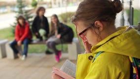 Дети бросают в бумагу одноклассника, насмехаются Задиры обижают почетности девушки в школьном дворе Подростковый задирать, большо акции видеоматериалы