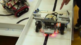 Дети бросая вызов роботы сток-видео