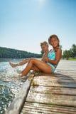 Дети брызгая воду в озере в лете Стоковые Изображения