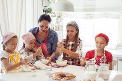 Дети варя в кухне Стоковые Изображения