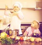 Дети варя в кухне Стоковая Фотография RF