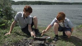 Дети варя закуску на огне сток-видео