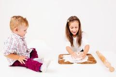 Дети варя хлебопекарню, замешивать теста Стоковые Фотографии RF