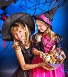 Дети ведьмы на партии Halloween. Стоковая Фотография RF