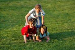 дети взбираясь парк одина другого Стоковое Изображение RF