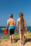 Дети возглавляя к пляжу Стоковые Изображения