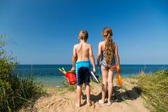 Дети возглавляя к пляжу Стоковое фото RF