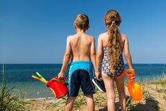 Дети возглавляя к пляжу Стоковые Изображения RF