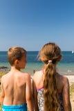 Дети возглавляя к пляжу Стоковая Фотография
