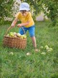 Дети во время летних каникулов помогают их родителям сделать работы по дому стоковое изображение