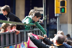 Дети вручая вне конфету от автомобиля Стоковые Фотографии RF