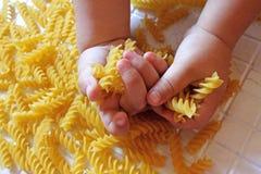 Дети выбирают макаронные изделия стоковые изображения rf