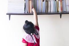 Дети выбор книги выбора стоковое изображение rf