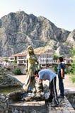 Дети выпивают воду от фонтана статуи в Amasya, области Чёрного моря Турции стоковое изображение rf