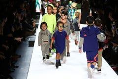 Дети выполняют на взлётно-посадочная дорожка во время утеса детей настоящих моментов США новобранца! Падение 2016 Стоковое Изображение RF