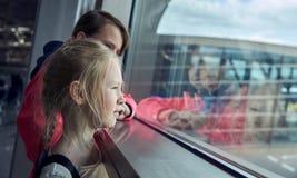 Дети в авиапорте ждать самолет Стоковое Изображение RF