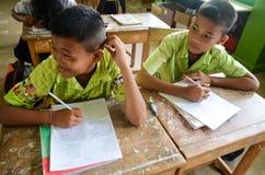 Дети в академичном дне деятельности на начальной школе стоковая фотография