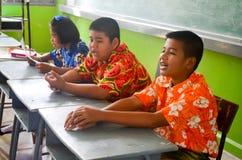 Дети в академичном дне деятельности на начальной школе стоковое изображение