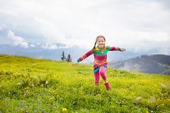 Дети в горах Альпов Ягнит внешнее стоковые изображения