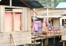 Дети в деревне рыболовов в Manokwari стоковое фото rf
