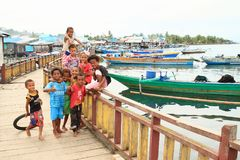 Дети в деревне рыболовов в Manokwari стоковое изображение