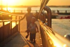 Дети в заходящем солнце стоковое фото rf