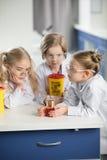 Дети в защитных стеклах делая эксперимент стоковые фотографии rf