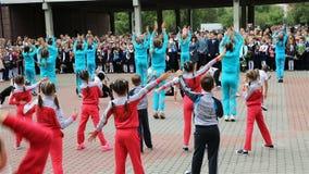 Дети в костюмах спорта танцуют на собрании школы видеоматериал